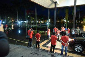 Gubernur Kalbar Cornelis merekam banjir yang menggenang halaman Pendopo. Sabtu (13/1).