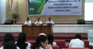 Vinsensius membuka sosialisasi program jaminan sosial ketenagakerjaan bagi pegawai honorer pemerintah daerah Kabupaten Landak diaula besar kantor Bupati Landak Rabu (28/11).