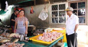 Asisten II Setda Sanggau memimpin Sidak ke sejumlah mini market dan pasar tradisional di Kota Sanggau, Rabu (1912)—Kiram Akbar