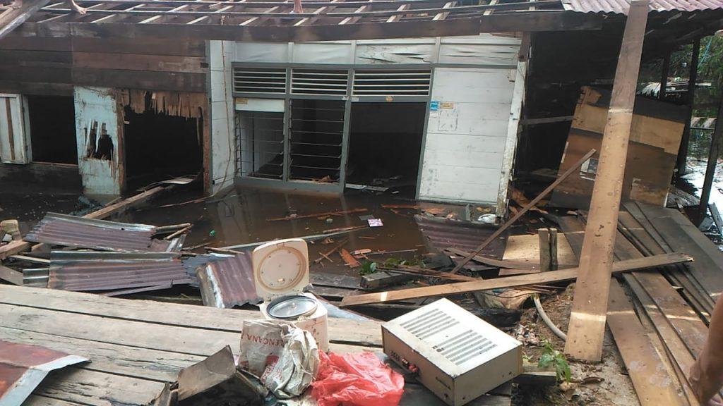 Beginilah kondisi rumah warga yang rusak tergerus air Sungai Subah Dusun Subah Desa Subah Kecamatan Tayan Hilir-ist (2)