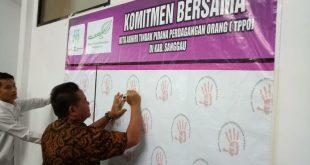 Bupati Paolus Hadi menandatangani Komitmen Bersama Pencegahan dan Penanganan KP PP TPPO yang diikuti 13 perwakilan wanita, LSM dan Forum Anak Daerah, Kamis (2012)///Ram