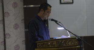 Anggota Fraksi Demokrat, Leonardo Agustono Silalahi, terpaksa menggunakan penerangan tambahan ketika membacakan Pedapat Akhir (PA) Fraksi, sebelum ketuk palu APBD Sanggau 2019, Jumat (30/11) malam di gedung DPRD Sanggau. FOTO/Ram