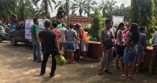 Bazar yang digelar Disperindagkop dan UMKM Sanggau di Kantor Camat Parindu pada Selasa (18/12) pagi langsung diserbu warga