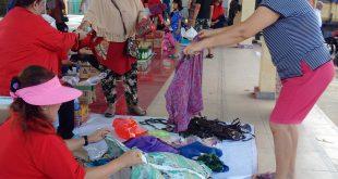 Bazzar murah yang digelar Diseperindagkop bekerjasama dengan Persatuan Wanita Tionghoa (Perwati) dan PKK Kabupaten Sanggau, Minggu (9/12) di Pasar Seroja, Kota Sanggau