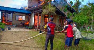 Petugas gabungan saat berjibaku memadam api yang menghanguskan satu unit rumah di Dusun Pedalaman, Desa Pedalaman, Kecamatan Tayan Hilir, Minggu (1612) pukul 09