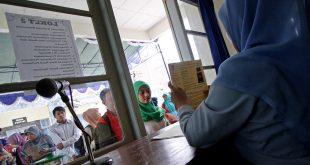 Calon Pegawai Negeri Sipil (CPNS) melakukan verifikasi berkas CPNS melalui Badan Kepegawaian Daerah (BKD) DIY di Youth Center, Mlati, Sleman, Yogyakarta, Senin (15/9). CPNS Pemda DIY itu nantinya akan diseleksi melalui test dengan sistem Computer Assisted Test (CAT). ANTARA FOTO/Noveradika/Asf/Spt/14.