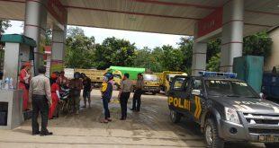 Personel pengamanan Polsek Kapuas memantau perkembangan harga di SPBU di Kecamatan Kapuas, Kamis (6/12)