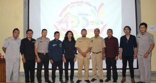 Para pemenang desain logo HUT ke-403 Kota Sanggau berfoto bersama Sekretaris Dinas Kominfo Sanggau, Senin (12/12).