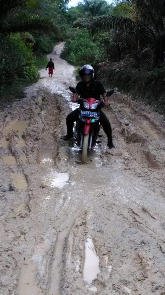 Beginilah kondisi jalan di Dusun Tanjung Priuk, Desa Inggis yang menghubungkan ke Desa Penyeladi dan Kota Sanggau.
