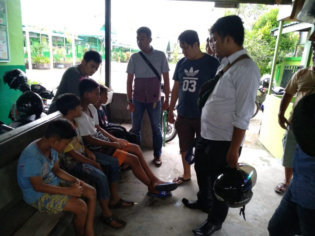 warga sekitar SD 28 mengamankan lima remaja tanggung tengah menghirup aroma lem foks di toilet foto jon