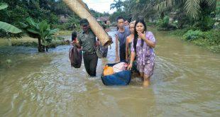 Dibantu aparat TNI warga Desa Sungai Kunyil mengungsi ke rumah sanak saudara mereka///ist
