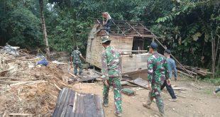 TNI bantu warga bersihkan sisa-sisa reruntuhan akibat tanah longsor di Bengkayang. FOTO-FOTO/Titi