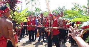 Bupati Paolus Hadi didampingi jajaran Forkompimda memberikan sambutan pada acara Gawai Dayak Nosu Minu Podi ke-XV Kabupaten Sanggau di rumah Betang Raya Dori Mpulor Sanggau, Minggu (7/7)