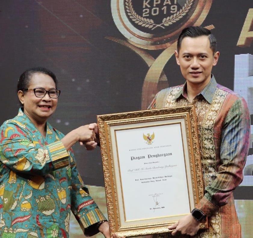 ENGHARGAAN. Mewakili Presiden ke-6 RI SBY, AHY menerima penghargaan dari KPAI di di MNC Conference Hall iNews Towe, Jumat (19/07/2019) malam. Foto: Kogasma Demokrat.