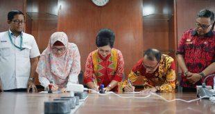 Ketua Dekranasda Sanggau, Arita Apolina bersama Devisi CSR Kantor Pusat PT. Antam Resna Handayani, Kepala Dinas Perindagkop dan UM Kabupaten Sanggau Syarif Ibnu Marwan, Divisi CHF UBP Bauksit Kalbar PT. Antam Muhammad Rusdan menandatangani MoU terkait pengembangan Batik Samer, Jumat (8/8) di Jakarta.