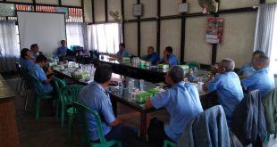 Direktur PDAM Tirta Pancur Aji Sanggau, Yohanes Andriyus Wijaya memimpin rapat di Kantor PDAM Sanggau, Senin (5/8).