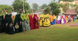 Para peserta pawai takbir berbusana muslimah
