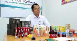 Foto---Kepala Loka POM Kabupaten Sanggau, Agus Riyanto menunjukkan kosmetik ilegal hasil sitaan dari dua kabupaten; Sanggau dan Sekadau, Rabu (21/8) di Kantor Loka POM Sanggau