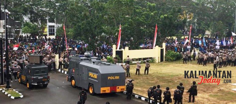 Unjuk rasa ribuan mahasiswa di DPRD Kalbar, Senin (30/9). FOTO/Lukas B Wijanarko