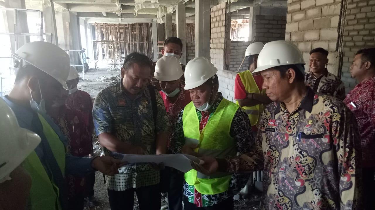 Foto—Bupati Sanggau, Kajari dan sejumlah kepala OPD melihat langsung progres pembangunan gedung RSUD M.Th Djaman, Kamis (12/9)