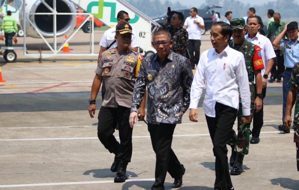 Caption foto: Presiden Jokowi disambut pejabat di Kalbar di Bandara Supadio Pontianak, Kamis (5/9). Foto: Humas Polda Kalbar.