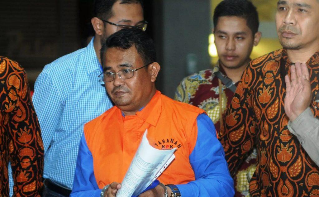 : Bupati Bengkayang, Suryadman Gidot dikawal petugas usai menjalani pemeriksaan 1x24 jam pasca terjaring oprasi tangkap tangan (OTT) di Gedung KPK, Jakarta, Rabu (04/09/2019). FOTO/Merdeka.com/Dwi Narwoko