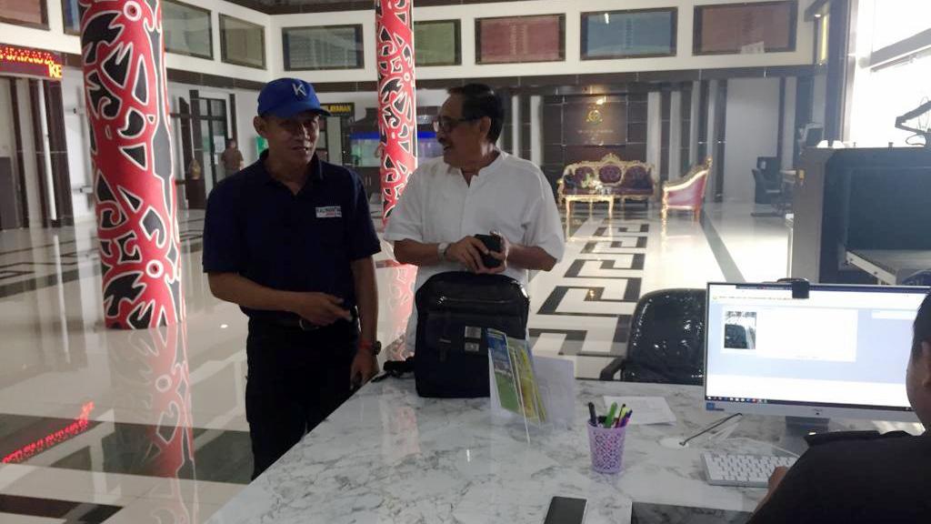 Reporter Kalimantan Today bersama Abang Timbul Husain sebelum acara pemeriksaan di Kejati Kalbar