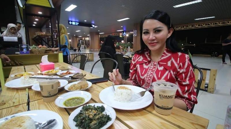 Bupati Landak, Karolin Margret Natasa menyantap nasi dari beras lokal Landak di salah satu rumah makan di Bandara Internasional Supadio Pontianak. Saat ini beras lokal Landak sudah dipakai sejumlah usaha kuliner di Bandara Supadio