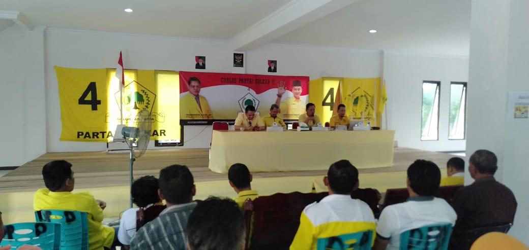 Foto—Ketua DPD Golkar Sanggau, Fransiskus Ason (dua dari kiri) memimpin langsung rapat penetapan Wakil Ketua DPRD sementara, Selasa (24/9)