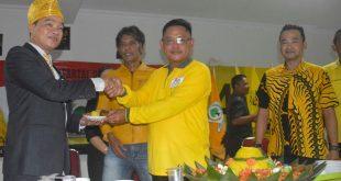 Foto---Ketua DPD Golkar Sanggau, Fransiskus Ason memberikan potongan tumpeng pada Wakil Ketua DPRD Sanggau dari Partai Golkar, Timotius Yance, pada peringatan HUT Golkar ke-55, Senin (28/10) sore di gedung Golkar Sanggau