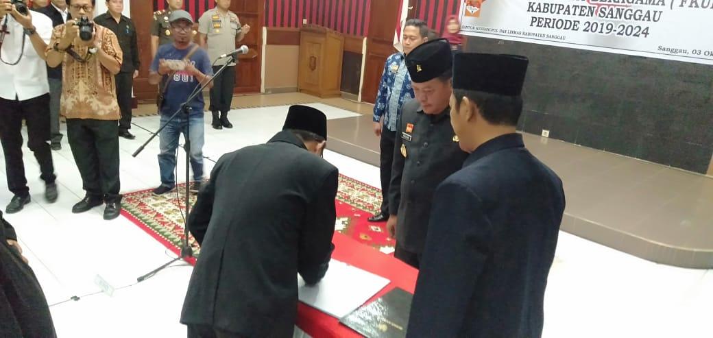 Foto-- Bupati melantik 17 pengurus FKUB Kabupaten Sanggau, Kamis (3/10)