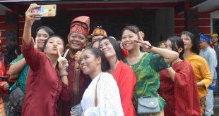 Foto—MILLENIAL. Bupati Paolus melayani para warga untuk berswafoto usai upacara Hari Sumpah Pemuda ke-91 di halaman kantor Bupati Sanggau, Senin (28/10)