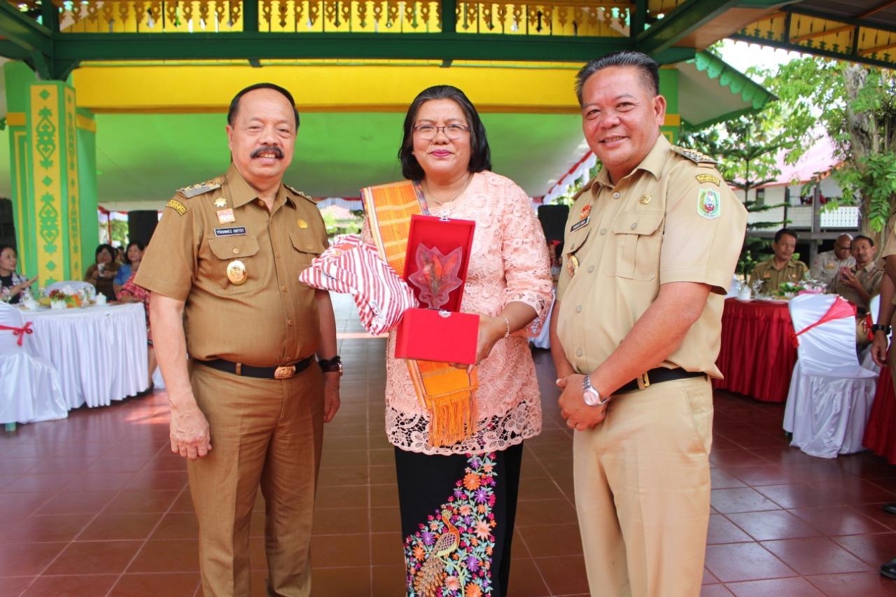 Foto---FOTO BERSAMA. Eks Kepala Dinas Lingkungan Hidup Sanggau, Bashita Ginting diapit Bupati Paolus Hadi (kanan) dan Wabup Yohanes Ontot, Senin (7/10)