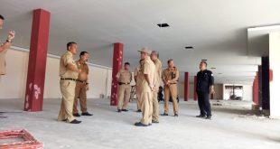 Foto---Bupati Didampingi Wakil Bupati beserta OPD terkait meninjau progres fisik MPP di kompleks eks Pasar Rawa Bangun Jalan Pancasila Kelurahan Ilir Kota, Senin (7/10).