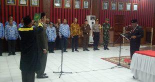 Foto--Bupati Paolus Hadi mengambil sumpah/janji Didit Richardi sebagai pejabat Dewan Pengawas Perumda Air Minum Tirta Pancur Aji Sanggau, Kamis (17/10).