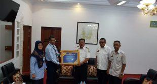 Foto-- Kepala KPPN Sanggau Bulus Lumban Gaol menyerahkan piagam WTP kepada Bupati Sanggau, didampingi Pj Sekda dan Kepala Dinas BPKAD Sanggau, Rabu (16/10)