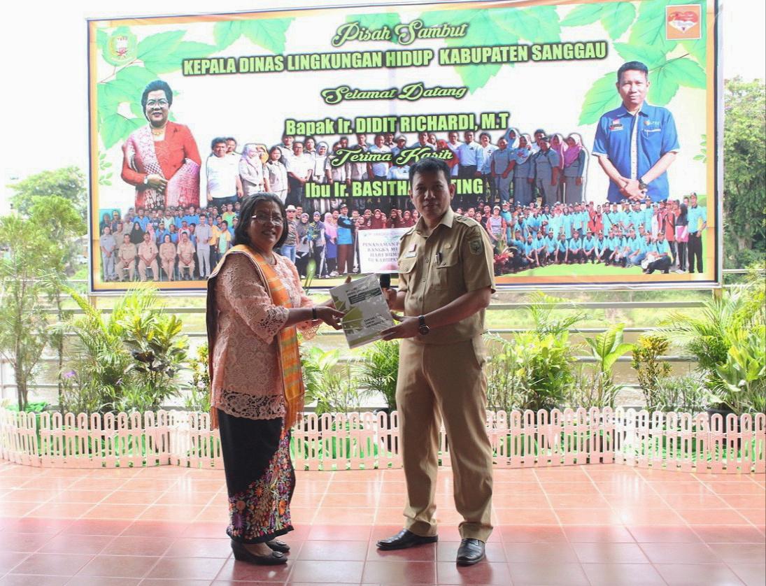 Foto--- Penyerahan memori jabatan Kepala Dinas Lingkungan Hidup yang lama dari Bashita Ginting (kiri) kepada Kepala Dinas Lingkungan Hidup yang baru, Didit Richardi, Senin (7/10)