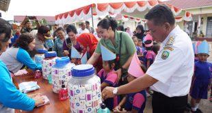 Foto---Bupati Paolus Hadi ikut mencuci tangan di acara cuci tangan pakai sabun, di gedung Antong Ngelayan, Komplek Sabang Merah, Kamis (17/10)—Humas Pemkab Sanggau