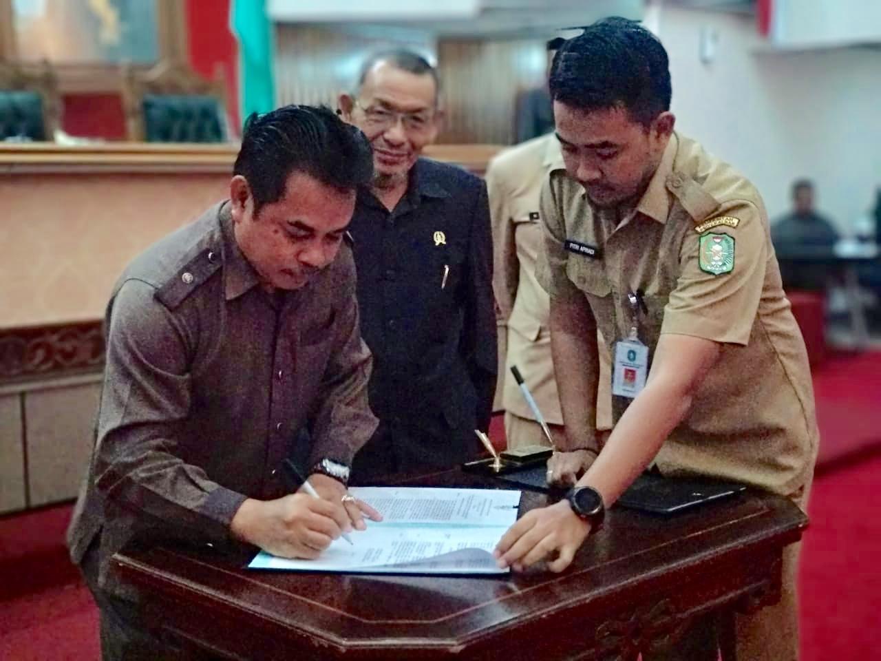 Pimpinan Sementara, Minsen menandatangani berkas penetapan Pimpinan Definitif DPRD Provinsi Kalbar, di Balairungsari DPRD Kalbar, Senin (14/10/2019).