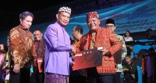 Foto---Bupati Paolus Hadi menerima penghargaan langsung dari Menteri Pendidikan dan Kebudayaan, Muhajir Effendi, di Istora Senayan Jakarta, Kamis (10/10)