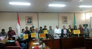 Perwakilan demonstran menyerahkan tuntutan mereka ke Ketua Sementara DPRD Kalbar, Minsen, di ruang Serbaguna, Kamis (10/10/2019)
