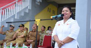 Foto—Ketua PMI Kabupaten Sanggau, Yohana Kusbariah Ontot memberikan sambutan pada pembukaan latihan gabungan PMR dan PMI, Selasa (29/10) di lapangan sepakbola Kecamatan Kembayan.