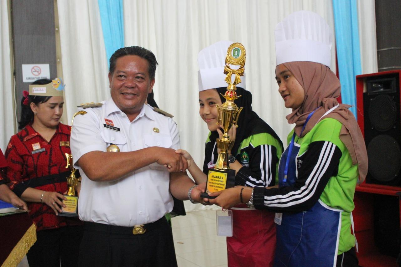 Foto---Bupati Sanggau, Poalus Hadi menyerahkan hadiah kepada pemenang lomba masak chef junior asal Kecamatan Jangkang, Rabu (13/11)