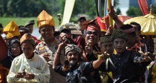 Foto---Bupati Sanggau, Paolus Hadi beserta jajaran Forkompimda ikut 'perang' ketupat sebagai rangkaian Festival Budaya Pakunegara Tayan, Rabu (27/11)