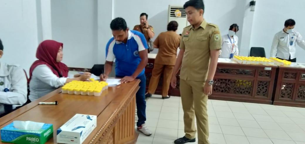 Foto---Para pegawai memberikan sampel urine mereka untuk dites oleh petugas Badan Narkotika Nasional Kabupaten (BNNK) Sanggau, Selasa (19/11) pagi di aula lantai I kator Bupati Sanggau