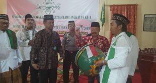 Foto---Wakil Bupati Sanggau Yohanes Ontot memukul beduk sebanyak sembilan kali sebagai tanda di mulainya pendidikan kader NU dan Konfercab NU se-Kabupaten Sanggau, Jumat (1/11).