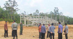 Foto---Bupati Paolus Hadi beserta rombongan mengecek lokasi persiapan termasuk tribun MTQ ke-28 tingkat Kabupaten di Kecamatan Bonti, Kamis (7/11)