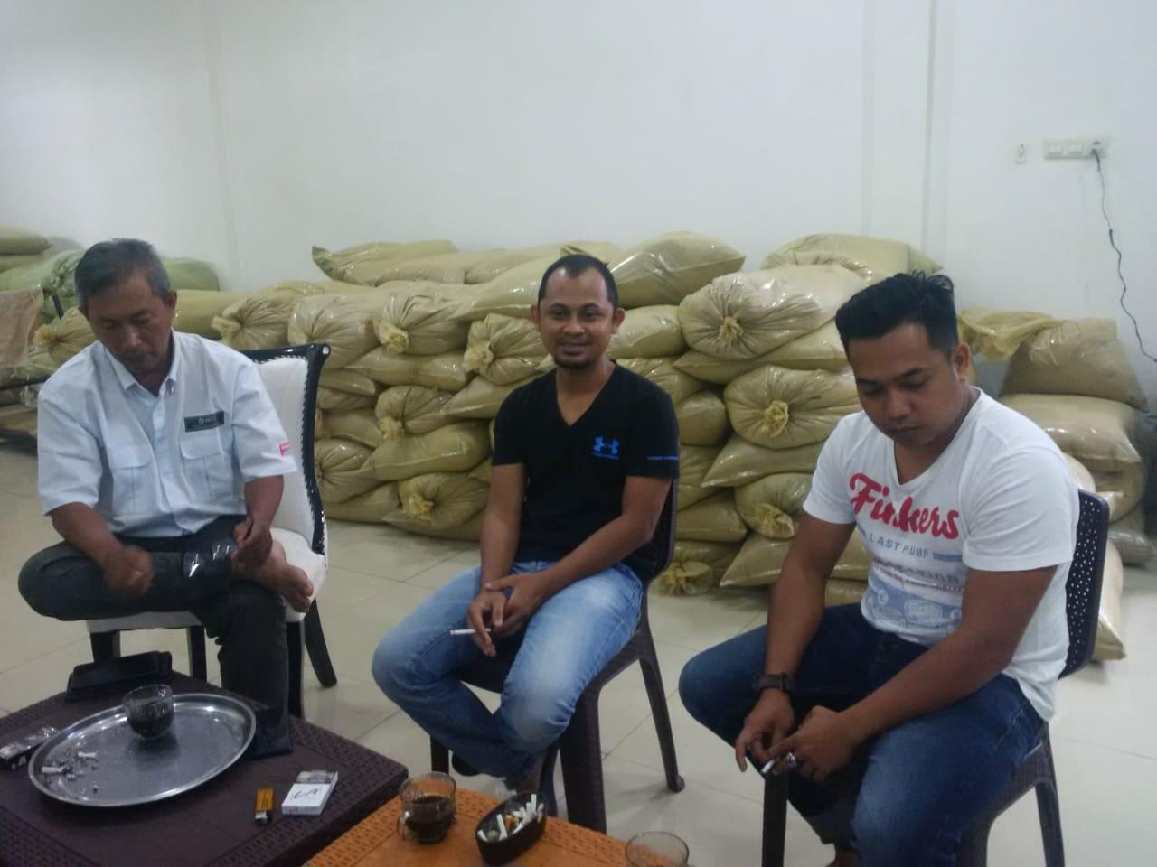 Muhammad Zakariah (Jack) diapit Asosiasi Komphar di ruang produksi Kratom