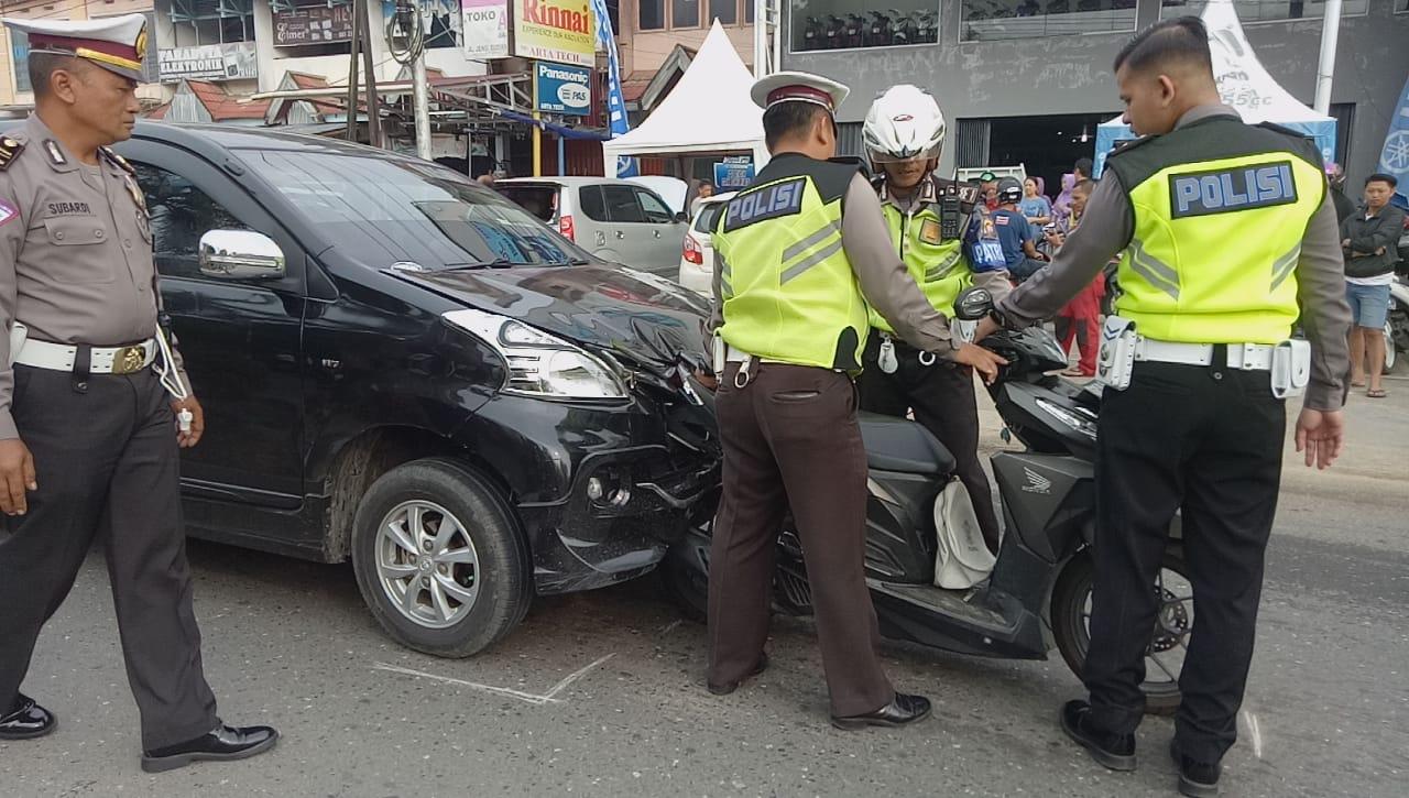 Foto--Kondisi kendaraan yang masih nyangkut di depan kap mobil Avanza warna hitam usai ditabrak truck dari belakang, Rabu (6/11) Pagi.