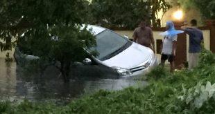 Sebuah mini bus terperosok kedalam selokan saat hujan lebat di Kota Pontianak, Sabtu (23/11). Beberapa ruas jalan di Kota Pontianak juga tergenang air yang cukup tinggi.